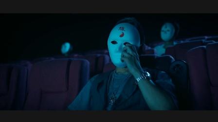 看电影还要戴面具, 这情节比电影内容更诡异