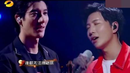王力宏为歌迷伴奏拉小提琴, 同台合作《落叶归根》真假音转换自如!