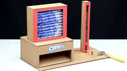 牛人自制了一个饼干售货机, 小锤轻轻一敲, 饼干就会掉出来
