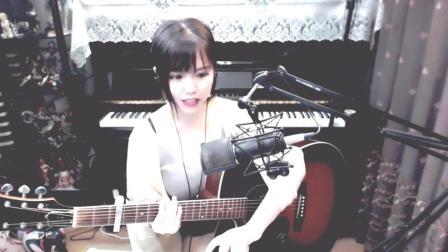 美女自弹吉他翻唱董小姐, 我听了六遍