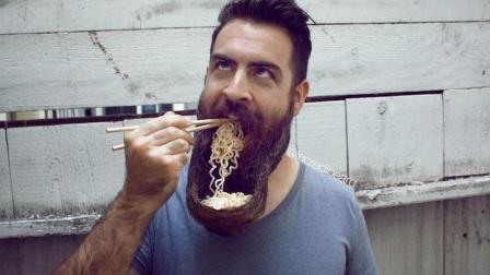 外国小伙用自己的胡子当碗, 还能吃泡面, 这操作太神奇了