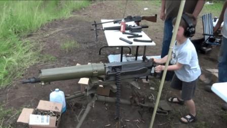 小男孩靶场试射水冷式马克沁重机枪, 对他来说这只是个玩具而已!
