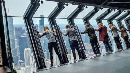老外发明会倾斜的玻璃, 装在330米的高空, 体验费30元!