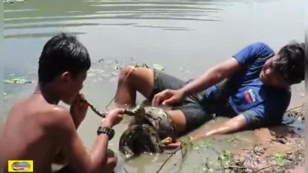 俩小朋友河边洗澡被蟒蛇缠住, 但蟒蛇还是被俩小朋友制服