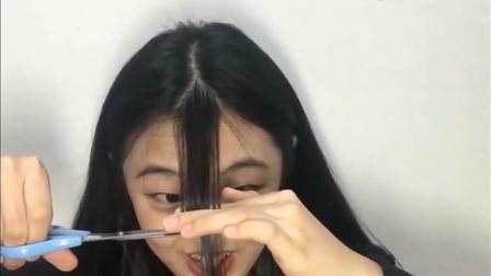 漂亮妹子自己剪空气刘海, 一剪刀过后, 秒变初中生