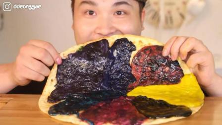 韩国大胃王胖哥, 吃一个彩色奶酪披萨饼, 发出咀嚼声, 吃的真馋人