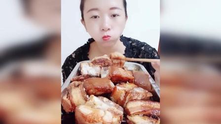 姐姐狂吃大肥肉, 吃的速度好快, 姐姐不油腻吗?