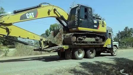 虽然开了8年挖掘机, 但这种下拖车的方法, 我表示不敢
