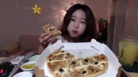 韩国美女吃一整盒薄皮披萨, 大口大口的吃, 脆脆的, 香香的!