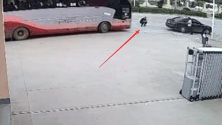 村霸蹲在大巴车前拦车要钱, 大巴司机可不惯着你, 一脚油门撞上去!