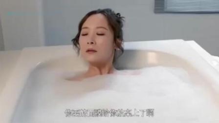 美女正在浴室沐浴, 没想到这时候有小偷摸进来了, 美女危险了!