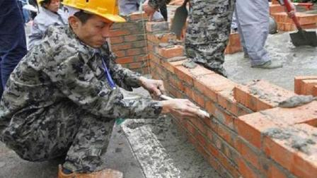 """民间牛人发明""""砌砖神器"""", 成本不到5元钱, 农民工有福了!"""