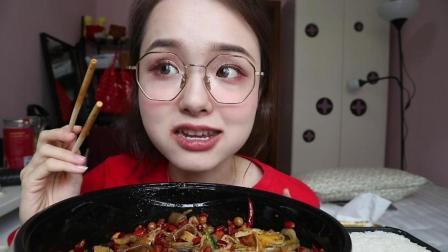 哎呦阿尤吃的麻辣香锅看不到菜全是辣椒, 上海小姑娘吃完也是厉害了