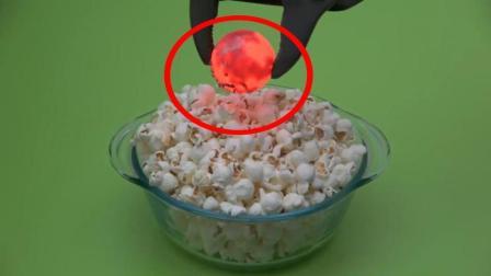 当爆米花遇到1000度铁球会怎样? 看到它的惨状你就知道, 太厉害了!
