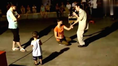 街头残疾人士翻唱凤凰传奇的歌, 我认为他们比原唱还好听