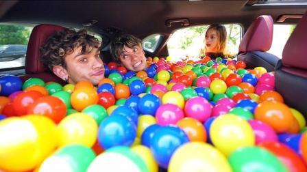 双胞胎男孩用塑料彩球填满女朋友的汽车, 他会跪搓衣板吗?