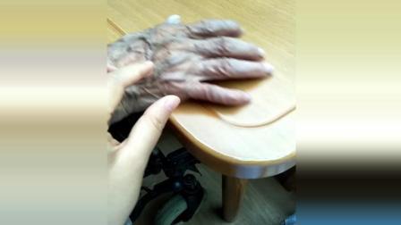 实拍99岁奶奶的手, 只剩薄薄一层皮