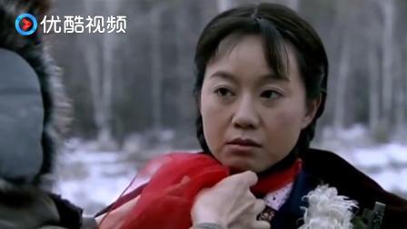 男子心灵手巧,教女同志如何围丝巾,白色雪地里的一片红,美极了
