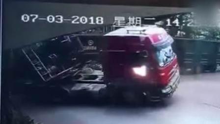 惊魂10秒!罐车穿行铁轨 遭火车拖行撞翻