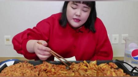 韩国大胃王秀彬美食吃播, 秀彬承包了整盘的铁板烤鸡肉和铁板炒饭