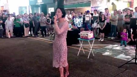 """街头美女演唱经典, 一首""""漫步人生路""""围观群众赏钱鼓励"""