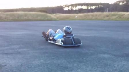 英国小伙发明电动滑行车, 还要平躺着骑, 脖子不难受吗?