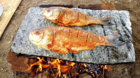 印度大婶也开窍了, 户外用石板烤鱼吃, 看她涂上咖喱粉就没食欲了