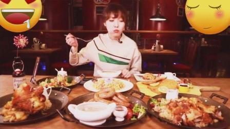 大胃王mini今天吃德国硬菜, 满满一桌子都是肉, 德国烤肉, 德国烤肠