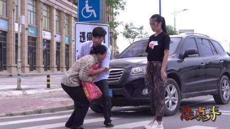 小伙开车撞到拾荒老人, 下车后却做了这样一件事, 老人被感动哭了