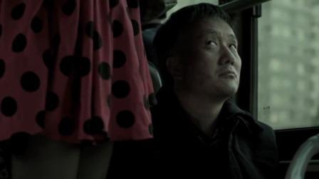 67岁老人坐公交车,看见穿裙子的美女,心怀不轨
