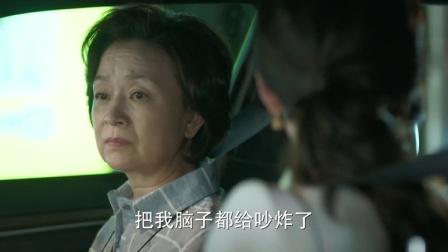 老两口车上吵架,女儿听不下去,把父母撂路边自己打车走了!