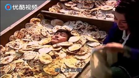 张卫建当穷神!陈卫建被绑扔在满是黄金大烧饼的船上,被美女勾住