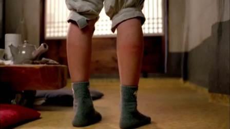 小和尚吃肉被师父发现,师父拿出家法惩罚他,小腿都被打红了