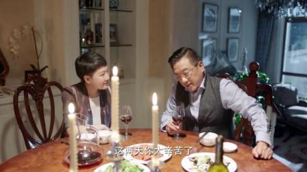 老夫妻还一起在家整烛光晚餐,讨论的事情却格外的沉重,不搭调