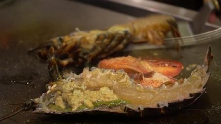 这是我吃到过最新鲜的龙虾, 在铁板上烧的时候还是活的!