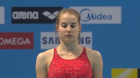 金发女选手挑战高难度跳水动作,一旁的教练忍不住笑出来!