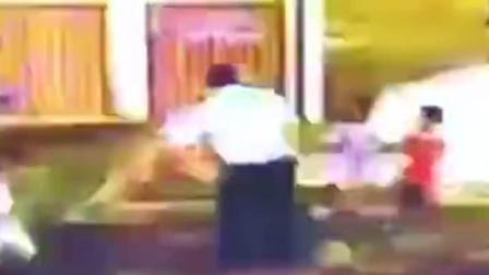 小孩幼儿园内打闹吃亏 父亲重摔6岁幼童