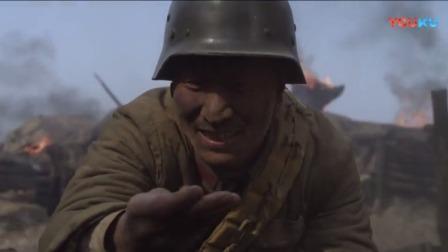 士兵不顾日本鬼子炮火猛烈,寻找自己的五块银元