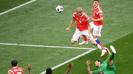 俄罗斯锋霸不讲理甩头 加辛斯基后点埋伏轰门得手