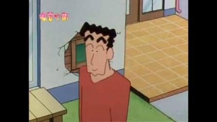 蜡笔小新:小新趴在木板上,想帮爸爸的忙,被广志说成扯后腿