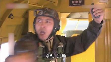 飞机空中发现定时炸弹,女兵刚拆除炸弹,却遭遇叛徒的手雷威胁