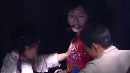 为了保护女子的安全,小男孩将女子绑了起来,惹怒女子