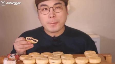 韩国大胃王: 吃播豪放派donkey弟弟吃17个甜软的红豆沙酥饼喝牛奶