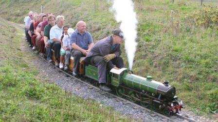 这才叫玩具火车, 大人都可以坐上去, 看看老外是怎么玩的