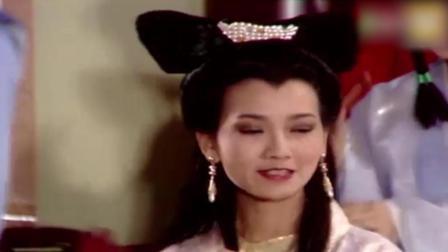 白素贞许仙刚成亲, 与小青3人游后花园, 许仙发现骷髅头, 吓坏了