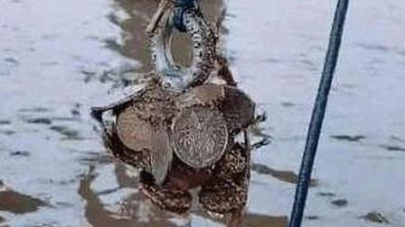 男子钓鱼时将磁铁扔入水中, 看到打捞上的东西惊呆了