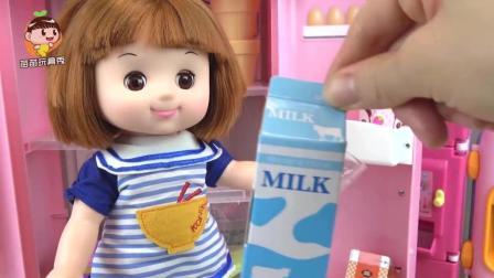 娃娃做冰激淋给宝宝, 冰箱里还有巧克力橙子哈密瓜牛奶, 小企鹅救护车海利和波比好开心
