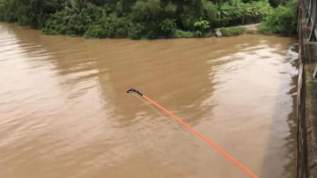 洪水后, 大桥上钓鱼, 一竿打下去比钓到大鱼都开心