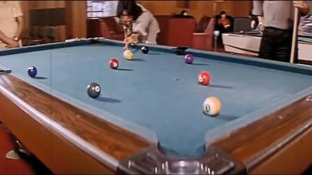钱作怪:男子打桌球赌钱,一出手就一杆清台,果然是高手中的高手