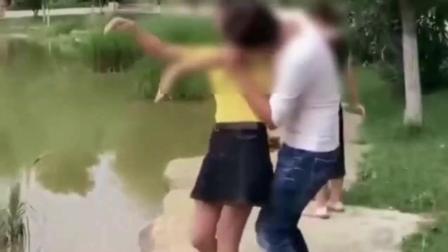 神经病色狼男子公园当众强吻女孩, 还掀起女孩的短裙